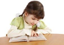 Il bambino legge. Fotografia Stock