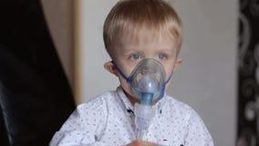 Il bambino malato respira tramite il nebulizzatore, primo piano stock footage