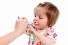 Il bambino mangia Immagine Stock