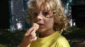 Il bambino mangia stock footage