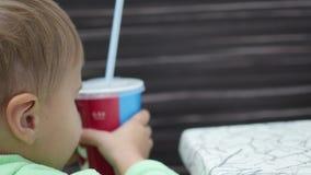 Il bambino mangia la patata fritta in primo piano degli alimenti a rapida preparazione stock footage