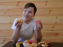 Il bambino, mangiante, alimento, giovane, sano, frutta, ragazzo, mangia, donna, prima colazione, bambino, felice, cucina, famigli fotografia stock