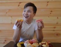 Il bambino, mangiante, alimento, giovane, sano, frutta, ragazzo, mangia, donna, prima colazione, bambino, felice, cucina, famigli fotografia stock libera da diritti