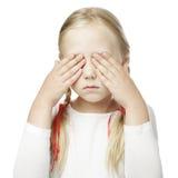 Il bambino mette la sua mano sopra i suoi occhi Fotografia Stock Libera da Diritti