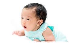 Il bambino misto in camicia dell'alzavola su fondo bianco che esamina è venuto Immagini Stock