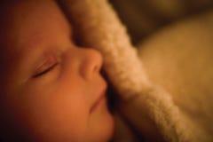 Il bambino molto piccolo addormentato in bambino simile a pelliccia si sviluppa Immagini Stock