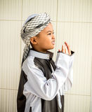 Il bambino musulmano non identificato prega per Allah Fotografia Stock Libera da Diritti