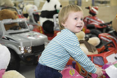 Il bambino in negozio immagine stock