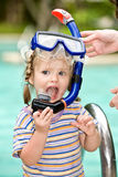 Il bambino nella mascherina blu dell'operatore subacqueo lascia il raggruppamento. Fotografia Stock