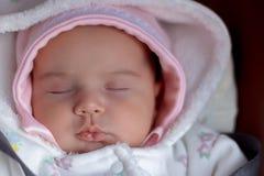 Il bambino neonato dorme in una sedia una pubblicità di sogno dolce di un sonno sano per mezzo di comodità immagine stock libera da diritti
