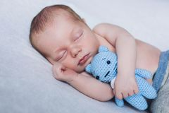 Il bambino neonato sta dormendo, sogni dolci di piccolo bambino, sonno sano, neonato Fotografia Stock Libera da Diritti