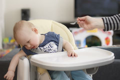 Il bambino non vuole mangiare e non grida immagine stock