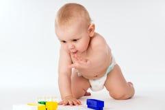 Il bambino nudo striscia a quattro zampe Immagini Stock Libere da Diritti