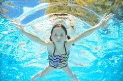 Il bambino nuota in stagno underwater, ragazza si diverte in acqua Fotografia Stock Libera da Diritti