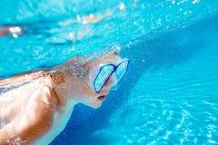 Il bambino nuota underwater nella piscina fotografia stock libera da diritti