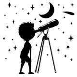 Il bambino osserva le stelle in un telescopio Immagine Stock