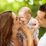 il bambino parents la sosta Fotografia Stock Libera da Diritti