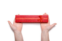 Il bambino passa giudicare un contenitore di regalo rosso isolato su un fondo bianco Vista superiore Fotografia Stock