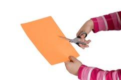 Il bambino passa il taglio del documento Immagini Stock