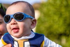 Il bambino piacevole con il blu googla Immagini Stock Libere da Diritti