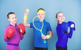 Il bambino potrebbe eccellere lo sport completamente differente Fratelli germani sportivi Bambini delle ragazze con tennis dell'a immagini stock libere da diritti
