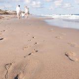 Il bambino in primo luogo cammina sulla spiaggia Fotografia Stock Libera da Diritti