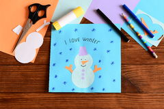 Il bambino reso ad un applique del pupazzo di neve della carta divertente, ha estratto un fiocco di neve ed ha scritto l'inverno  Immagini Stock Libere da Diritti