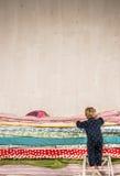 Il bambino scala sul letto - principessa ed il pisello. Fotografie Stock Libere da Diritti
