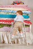 Il bambino scala sul letto - principessa ed il pisello. Immagini Stock Libere da Diritti