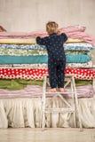Il bambino scala sul letto - principessa ed il pisello. Fotografia Stock Libera da Diritti