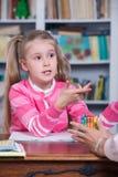 Il bambino sceglie le matite di colore fotografia stock