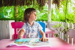 Il bambino scrive una lettera immagine stock libera da diritti