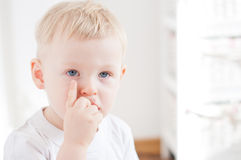 Il bambino serio sta pensando Fotografia Stock