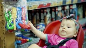 Il bambino si siede in una sedia specialmente fornita archivi video