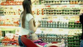 Il bambino si siede in una sedia specialmente fornita in un carrello archivi video