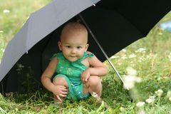 Il bambino sotto l'ombrello Fotografia Stock