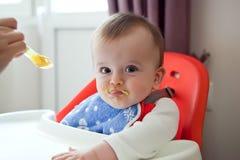 Il bambino spalmato scontroso rifiuta di mangiare un pasto Fotografia Stock