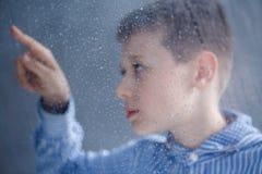 Il bambino sta considerando l'acqua fotografie stock libere da diritti
