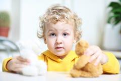 Il bambino sta giocando. fotografie stock libere da diritti