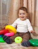 Il bambino sta giocando con i blocchetti del giocattolo Immagine Stock