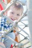 Il bambino sta giocando in parco Immagine Stock