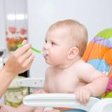 il bambino sta mangiando con grande appetito Fotografia Stock Libera da Diritti