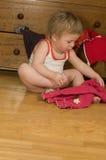 Il bambino sta mettendo sui pantaloni Immagine Stock Libera da Diritti