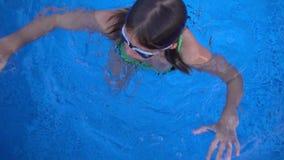 Il bambino sta nuotando nella piscina video d archivio