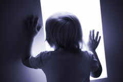 Il bambino sta osservando Fotografia Stock