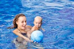 Il bambino sta provando a nuotare Fotografie Stock Libere da Diritti