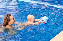 Il bambino sta provando a nuotare Fotografie Stock