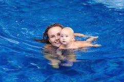 Il bambino sta provando a nuotare Immagine Stock