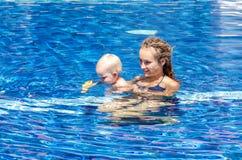 Il bambino sta provando a nuotare Immagini Stock Libere da Diritti