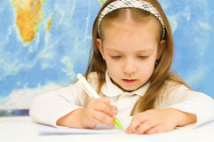 Il bambino sta scrivendo nella scuola materna Immagini Stock Libere da Diritti